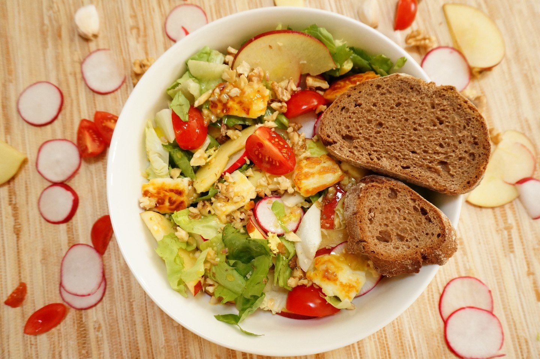 Panista_Blog_Rezepte_Salat mit Halloumi, Apfel & Walnüssen