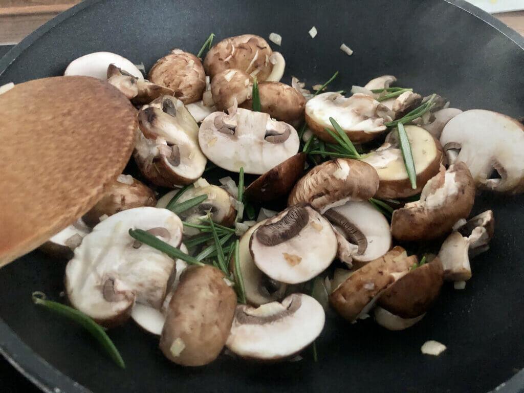 Panista_Blog_Rezepte_Pilzpfanne mit glutenfreiem Saatenbrot