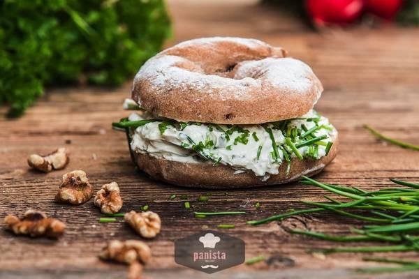 Glutenfreie Bagels mit Walnüssen-Seitenansicht