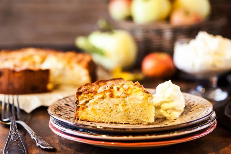 media/image/fresh-homemade-delicious-apple-cake-DFEG7QT.jpg