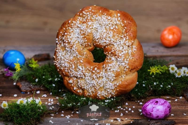 glutenfreier Osterkranz mit Hagelzucker-Seitenansicht