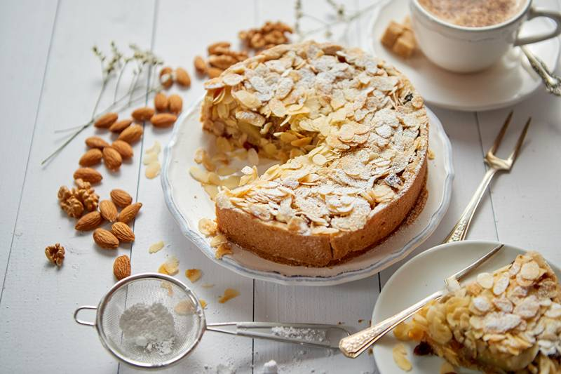 media/image/whole-delicious-apple-cake-with-almonds-served-on-GV6M6SD.jpg