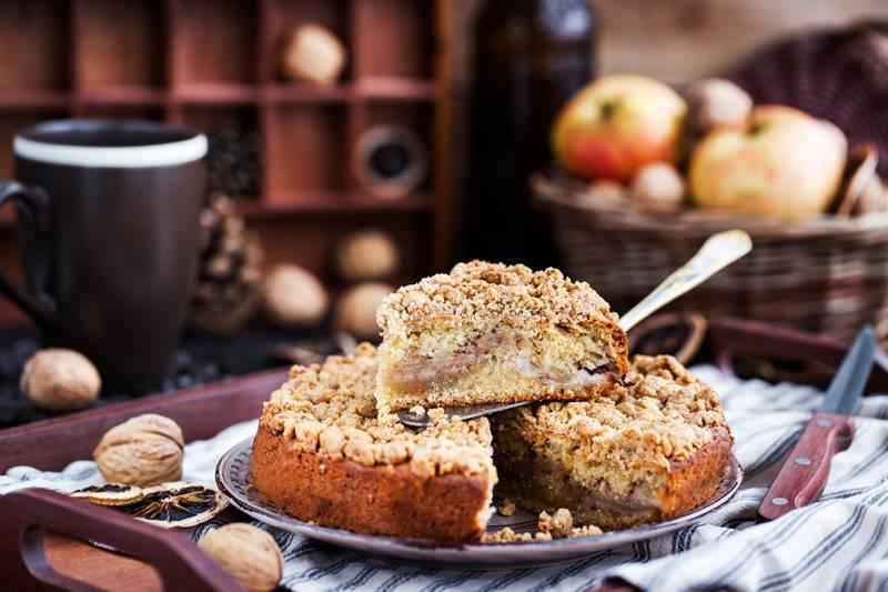 media/image/piece-of-fresh-homemade-apple-and-cinnamon-crumb-PZP69TK.jpg